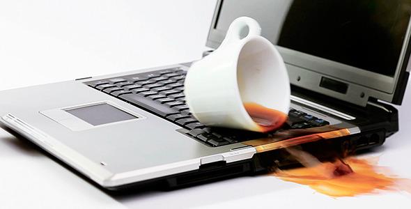 Cần làm gì khi laptop dính nước bật không lên?